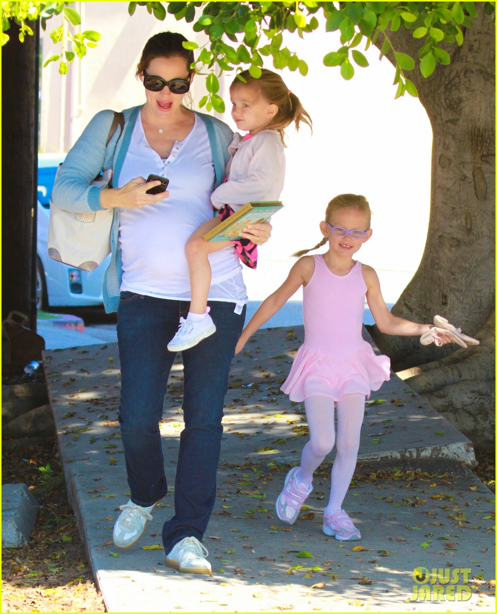 jennifer garner brings the girls to ballet class 06