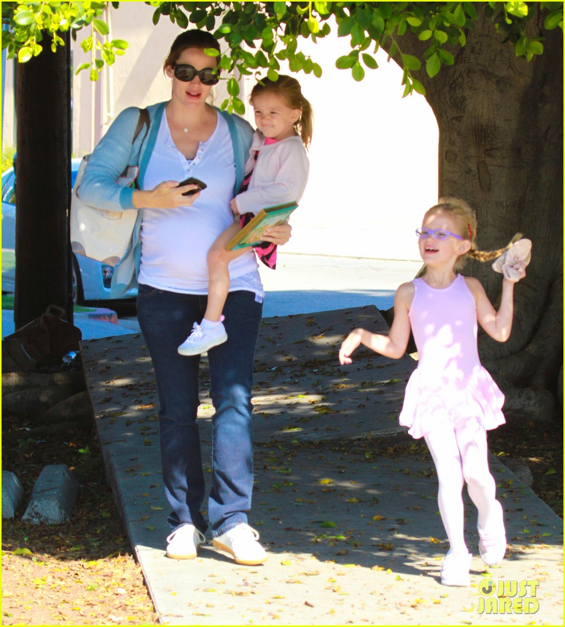 jennifer garner brings the girls to ballet class 07