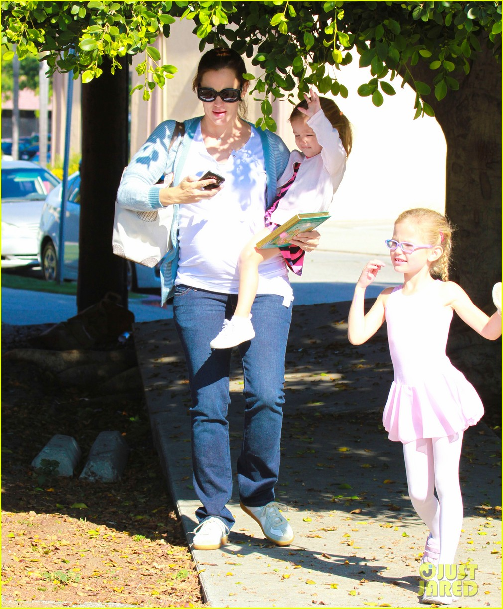 jennifer garner brings the girls to ballet class 092595078