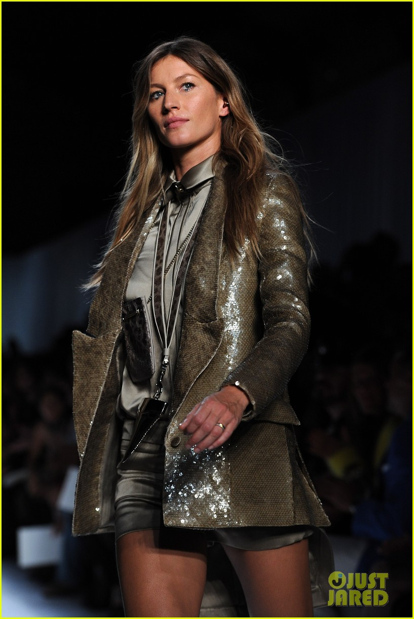 gisele bundchen givenchy paris fashion week runway 042586045