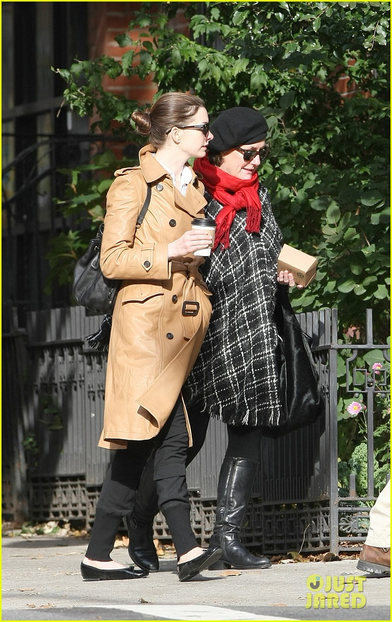 anne hathaway brooklyn date with adam shulman mom 022595008