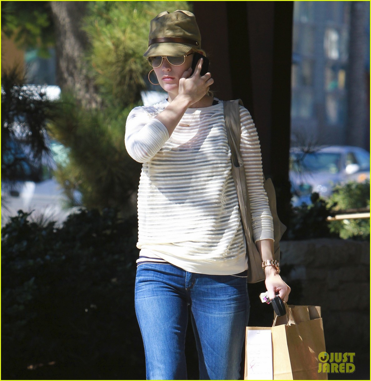 january jones picks up food 07