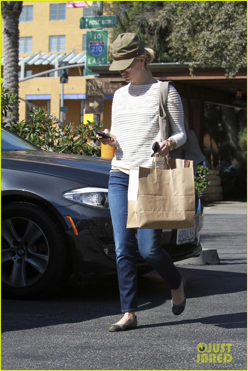 january jones picks up food 18