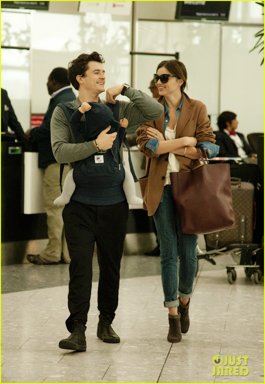 miranda kerr orlando bloom heathrow flynn 02