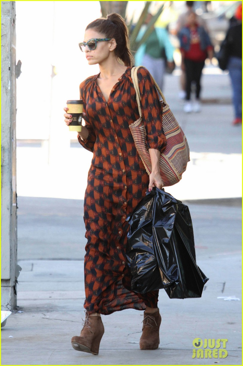 eva mendes grabs coffee 09