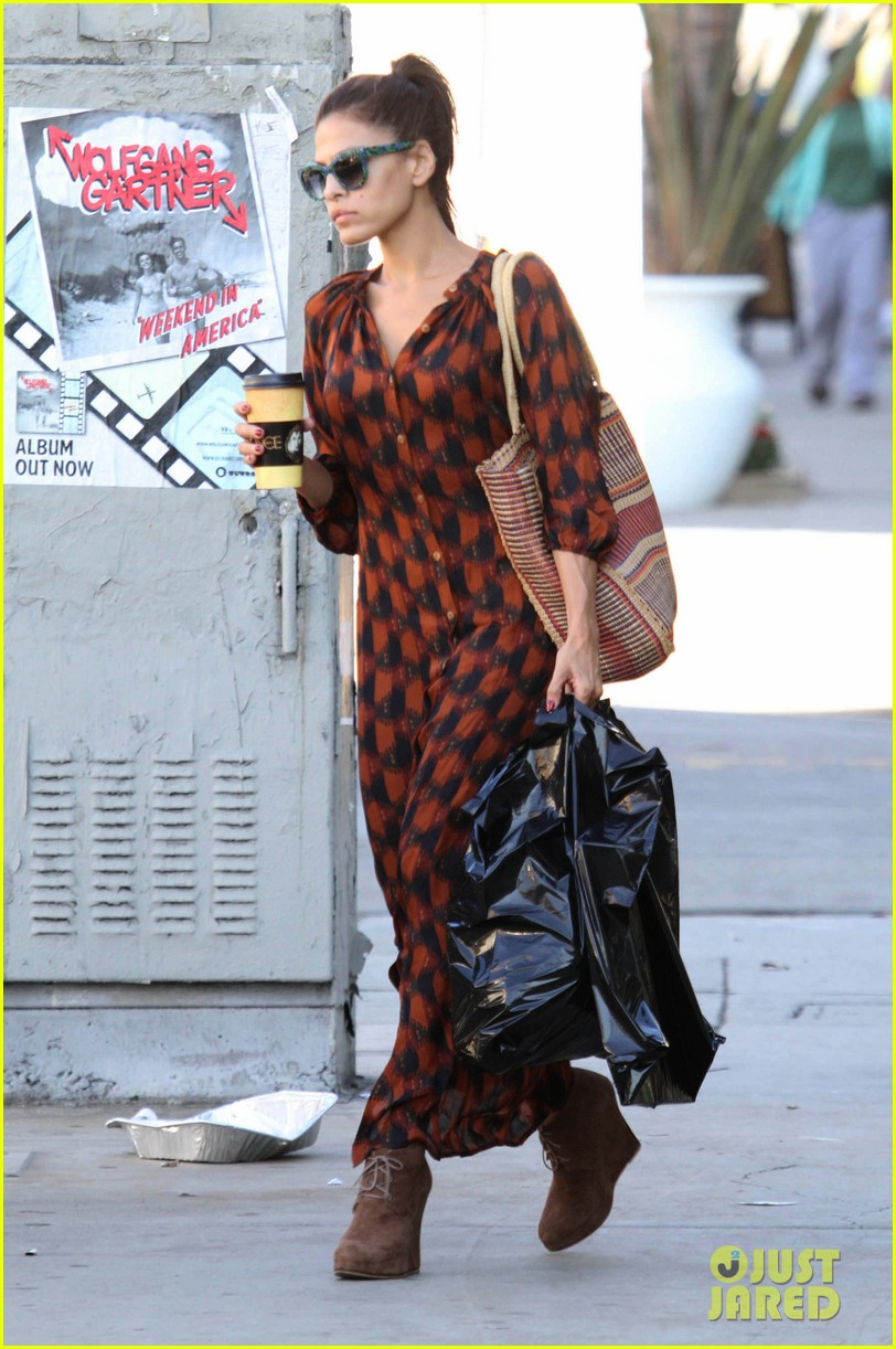 eva mendes grabs coffee 102594883