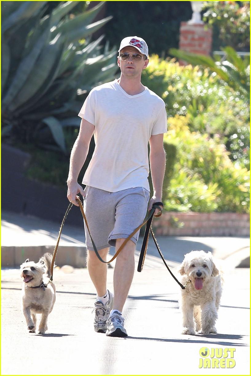 neil patrick harris dog walking 02