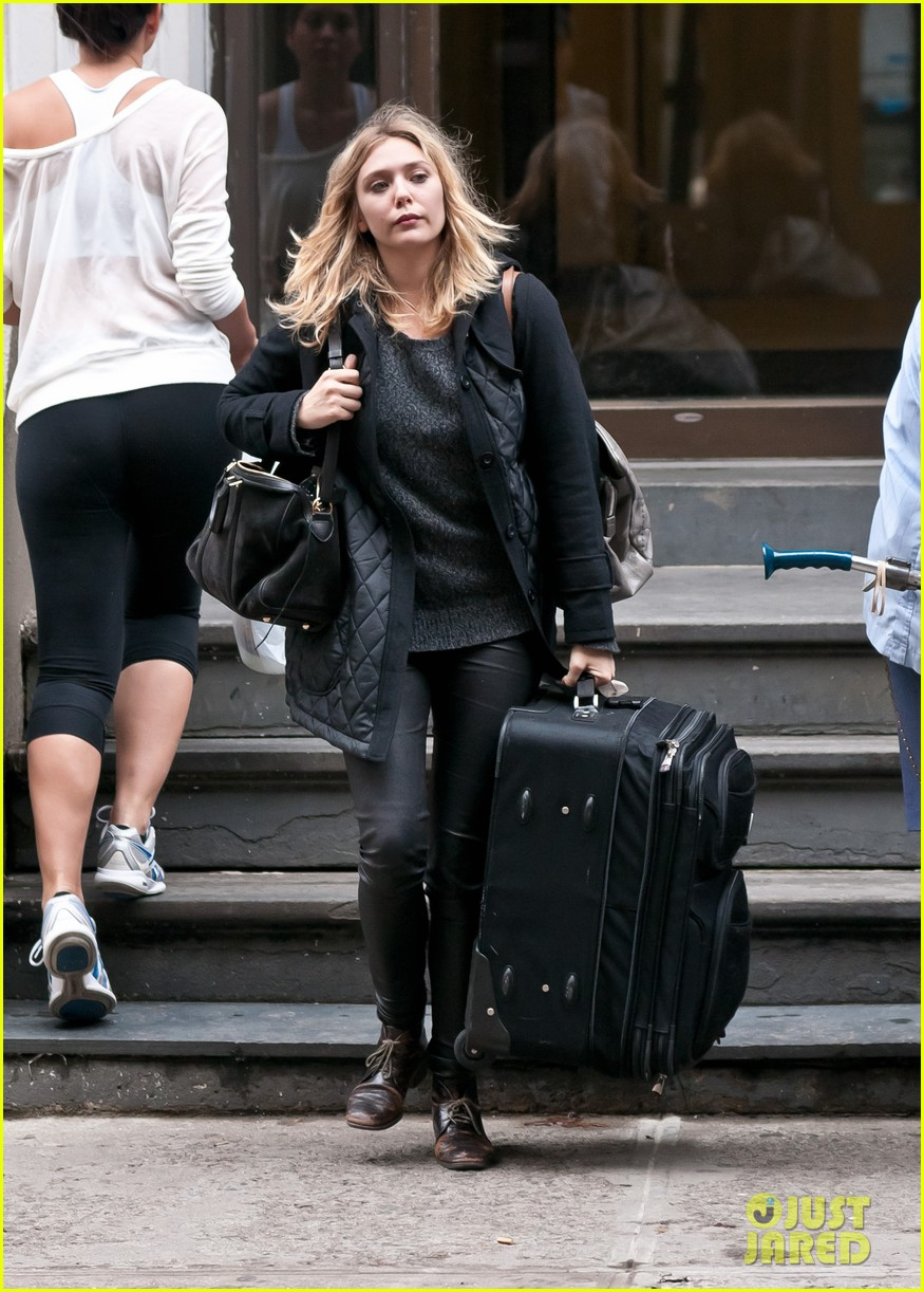 elizabeth olsen carry luggage 01