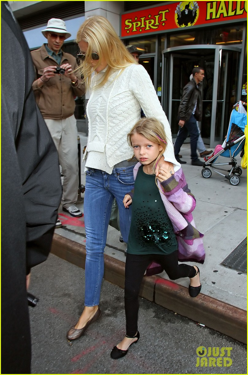 gwyneth paltrow costume shopping with apple and moses 04