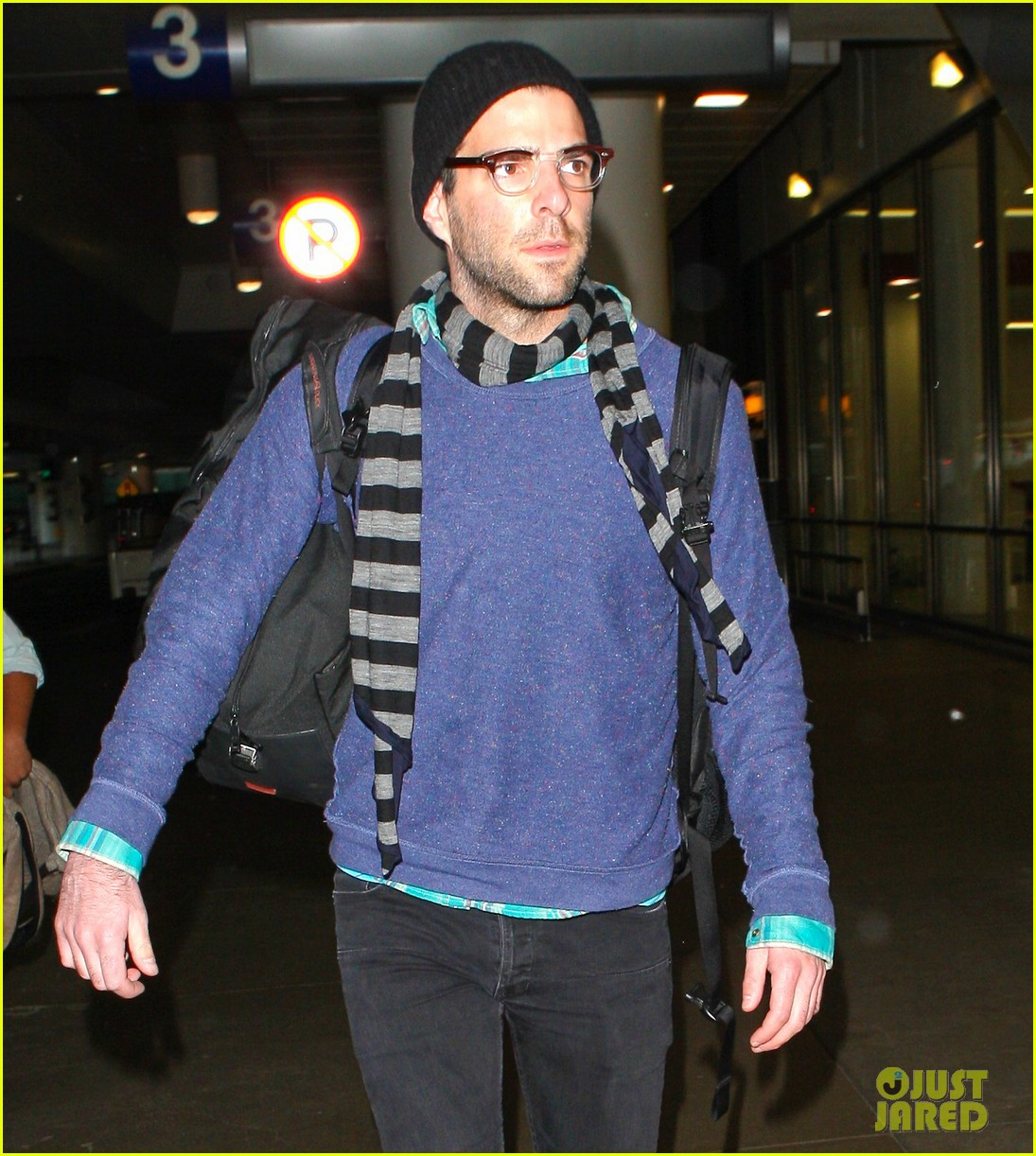 zachary quinto walks dog 11