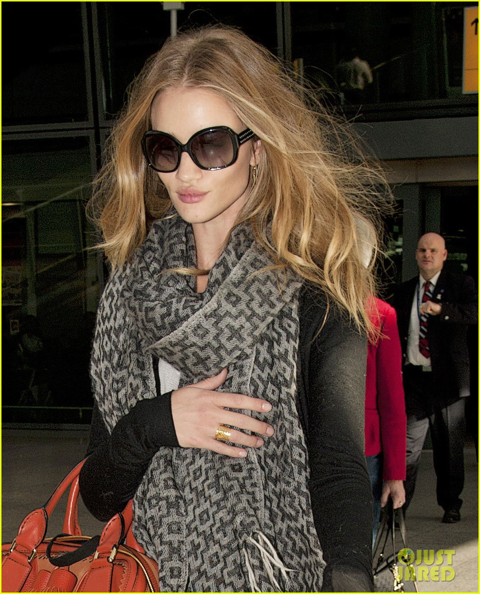 rosie huntington whiteley heathrow scarf 01