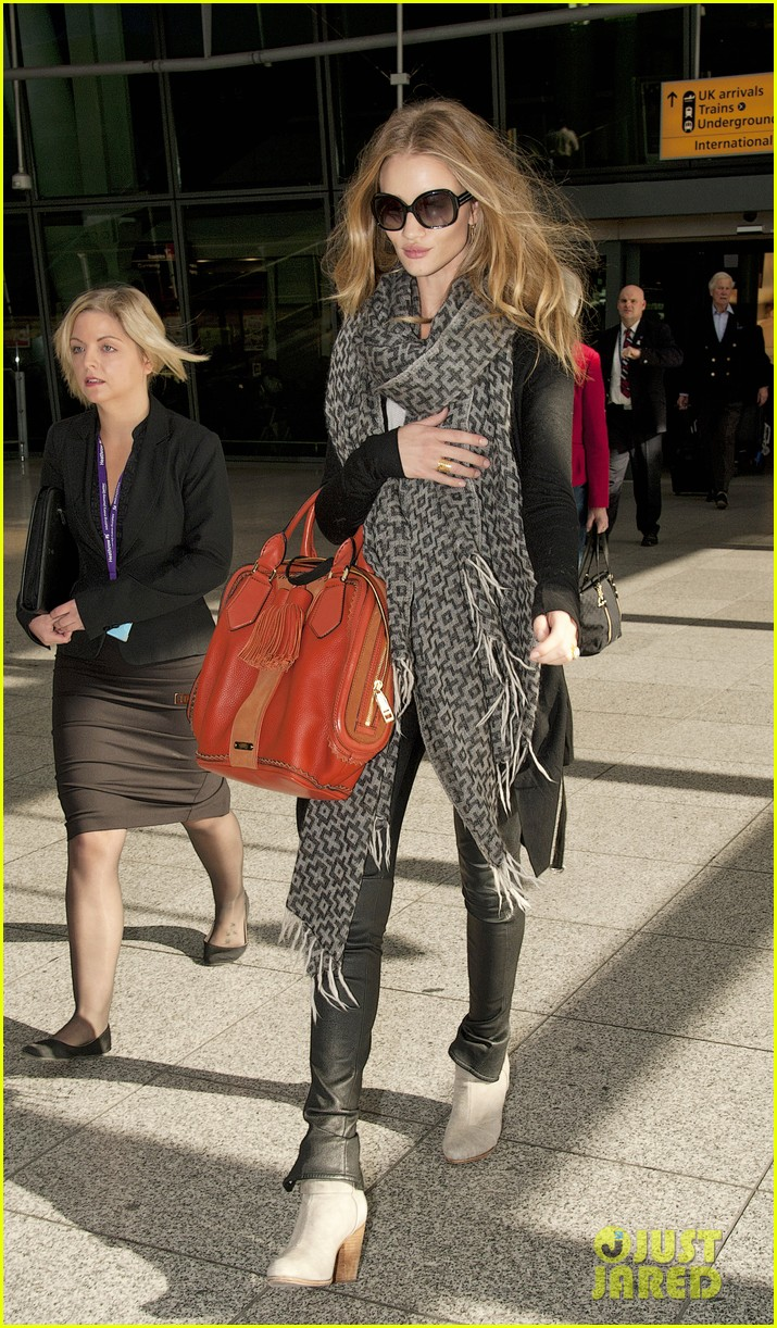 rosie huntington whiteley heathrow scarf 02
