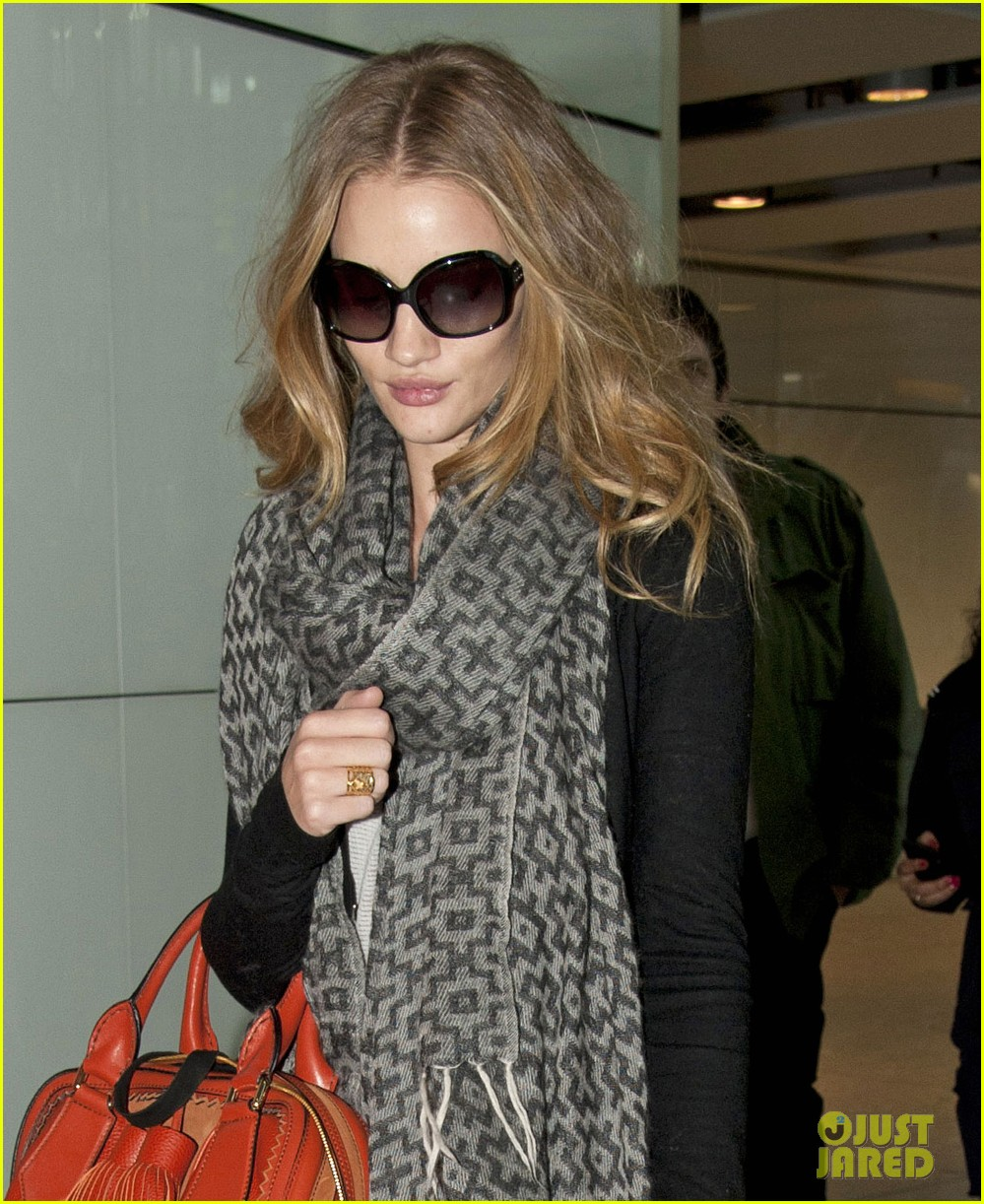rosie huntington whiteley heathrow scarf 03