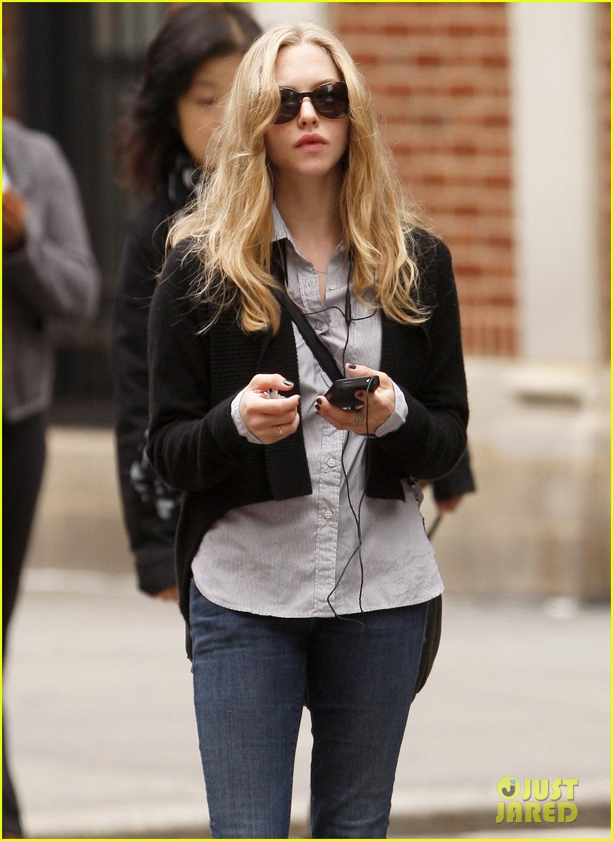 amanda seyfried nyc stroll 02