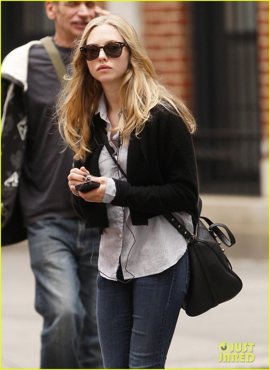amanda seyfried nyc stroll 05