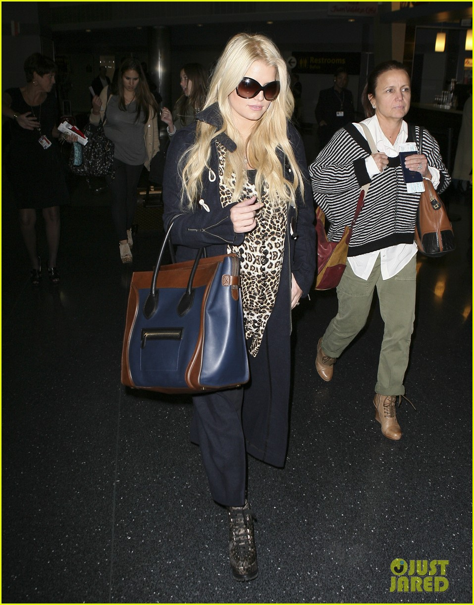 jessica simpson jfk mom 09