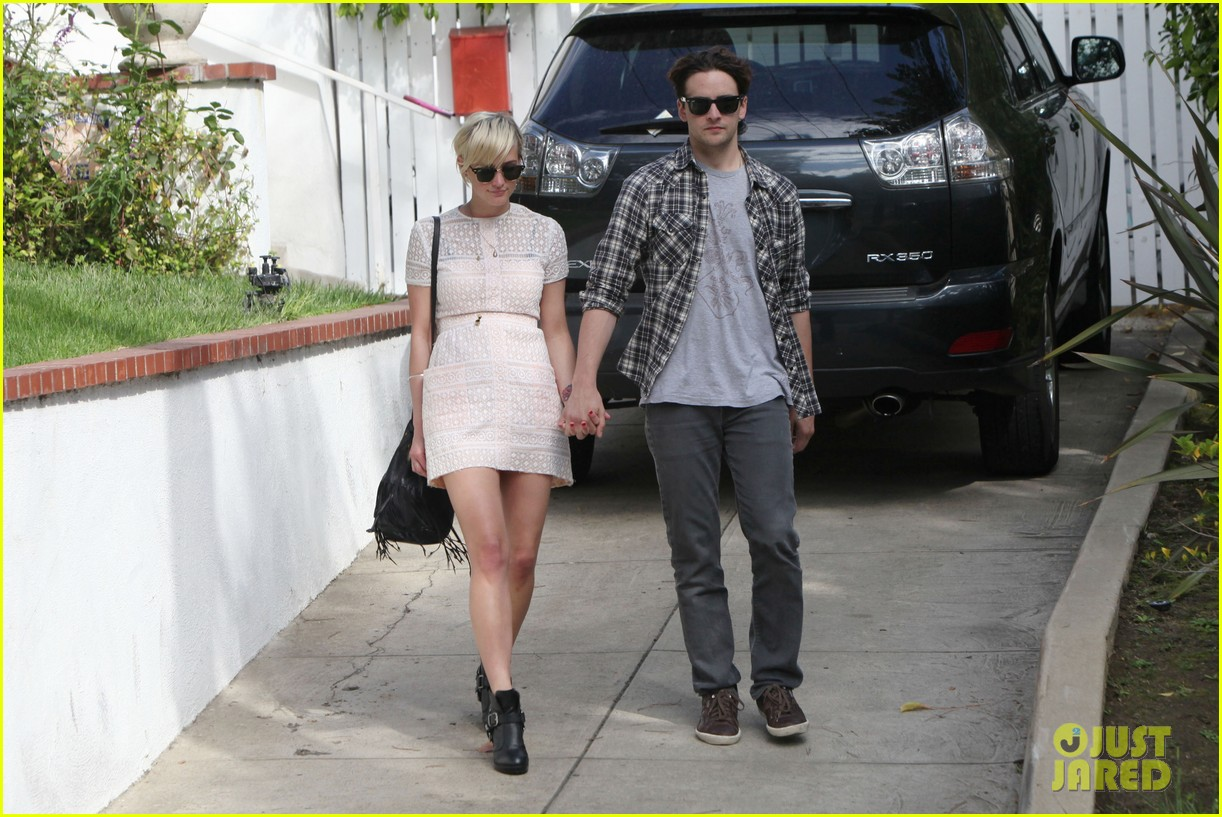 ashlee simpson vincent piazza holding hands 02