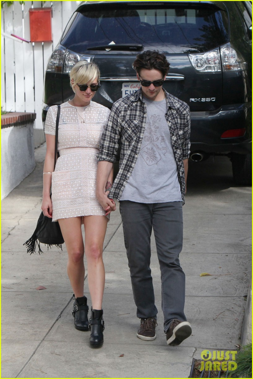 ashlee simpson vincent piazza holding hands 03
