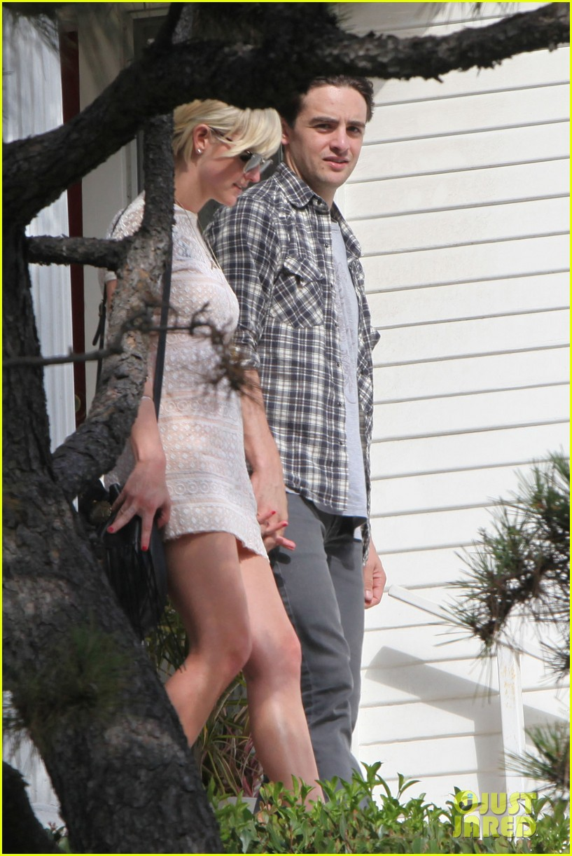 ashlee simpson vincent piazza holding hands 14