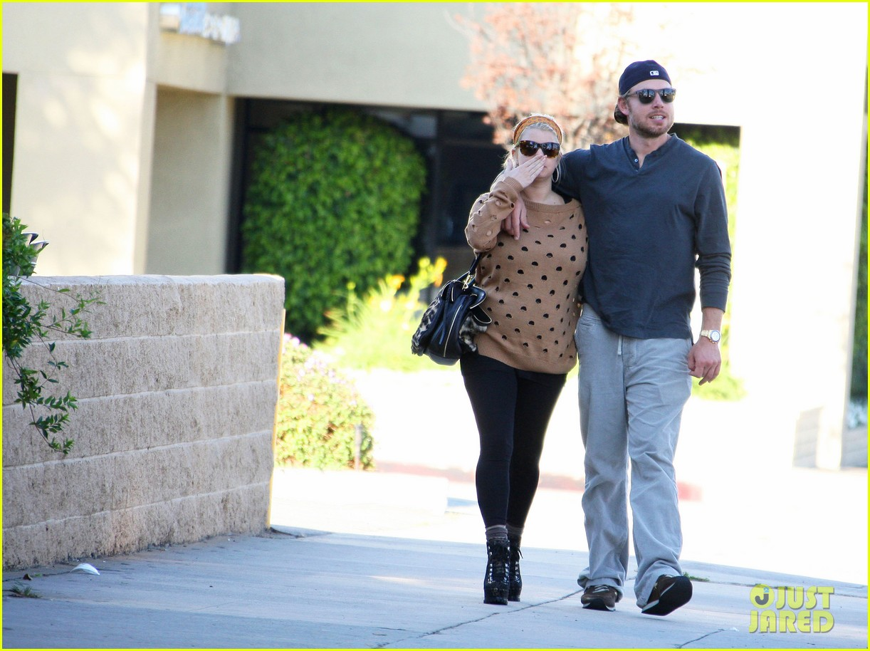 jessica simpson eric johnson hold hands 02