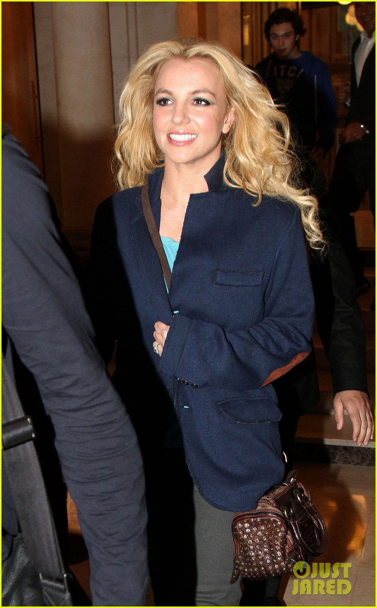 britney spears leaves paris hotel 01