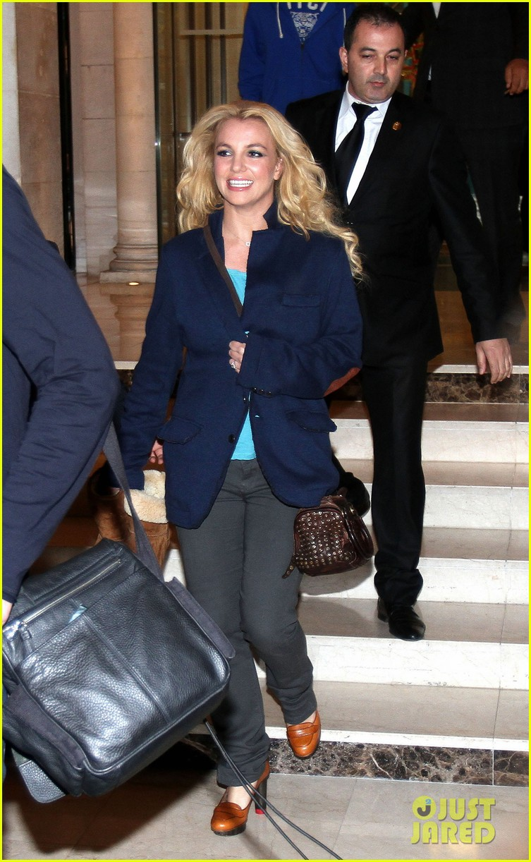 britney spears leaves paris hotel 02