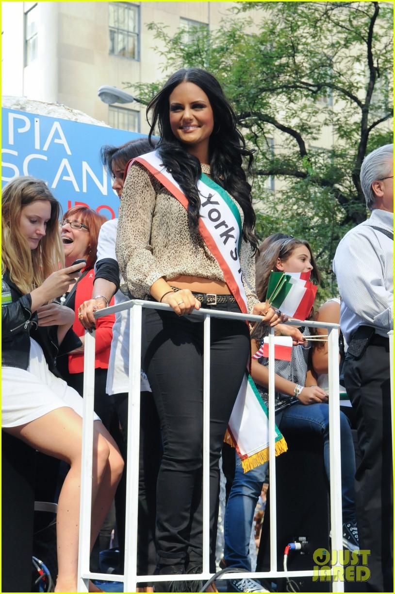 pia toscano parade float 032588527
