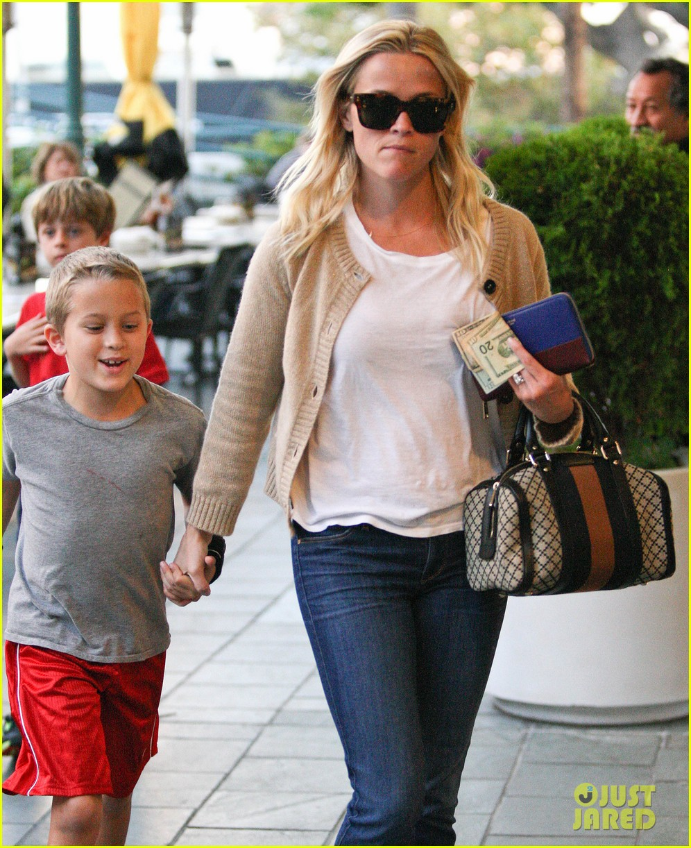 reese witherspoon runs errands with deacon 022589054