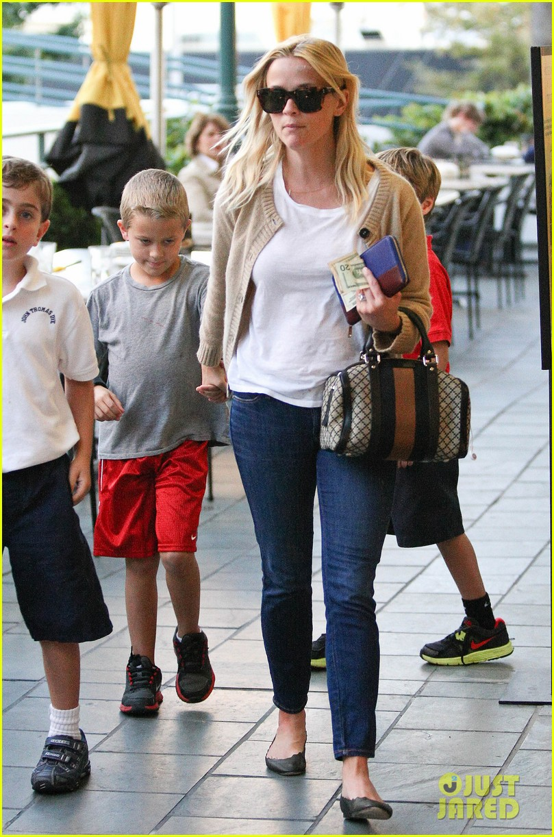 reese witherspoon runs errands with deacon 082589060