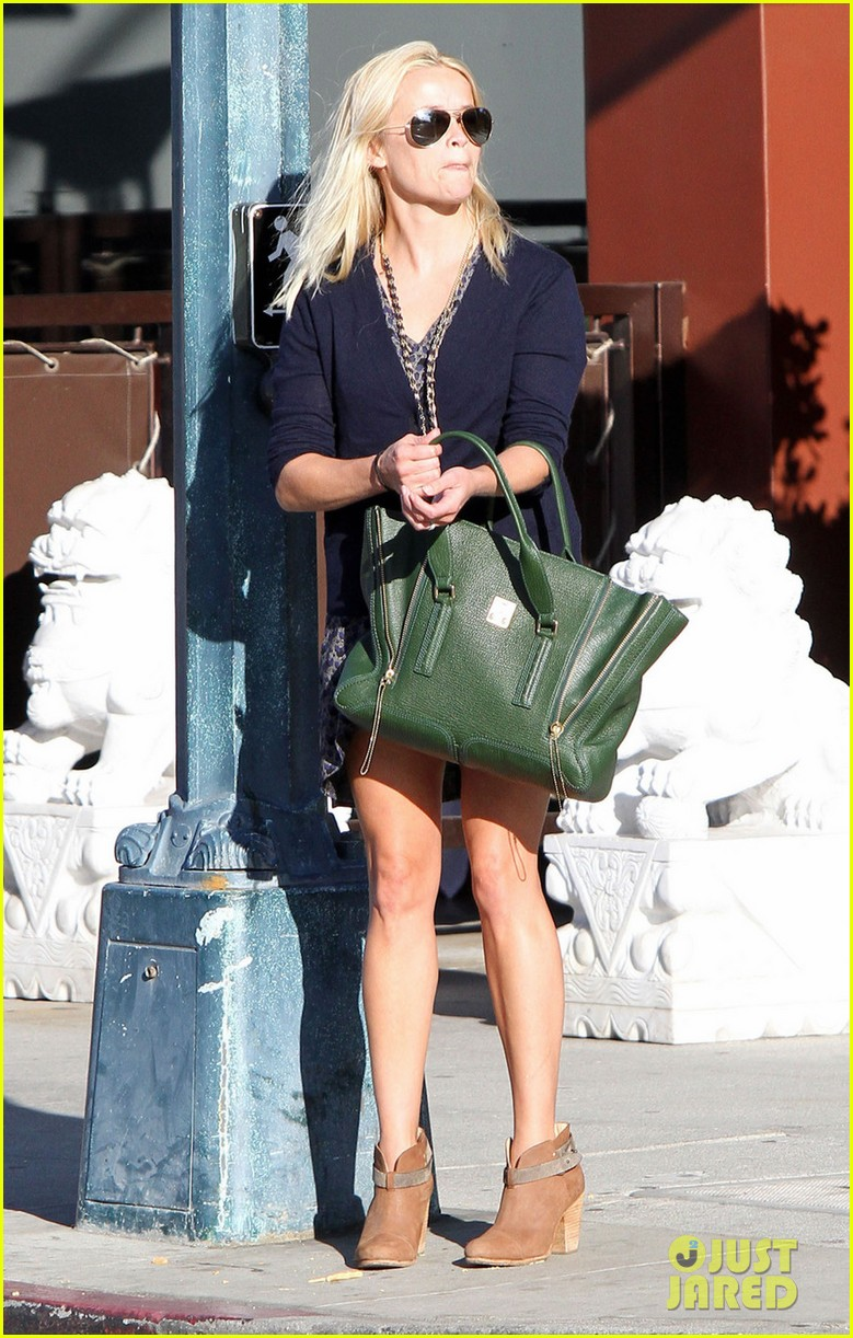 reese witherspoon windy day 01