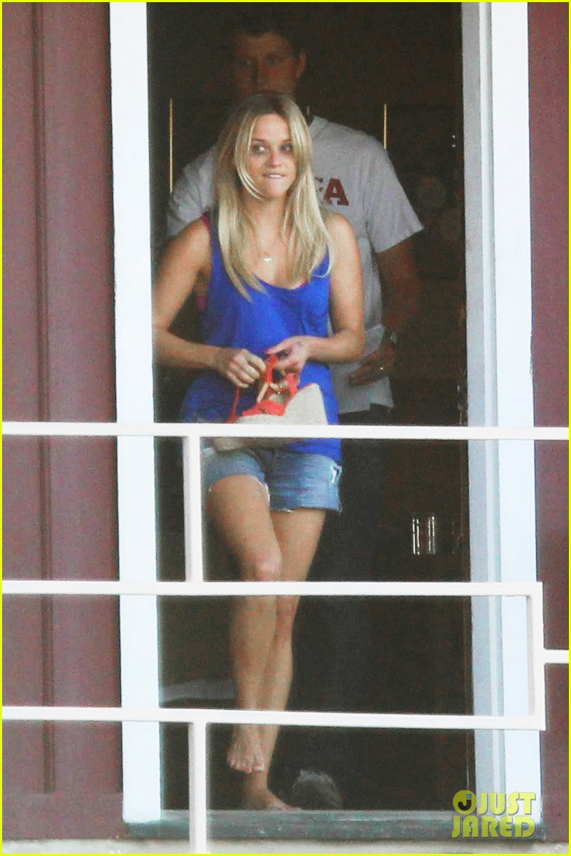 reese witherspoon windy day 02