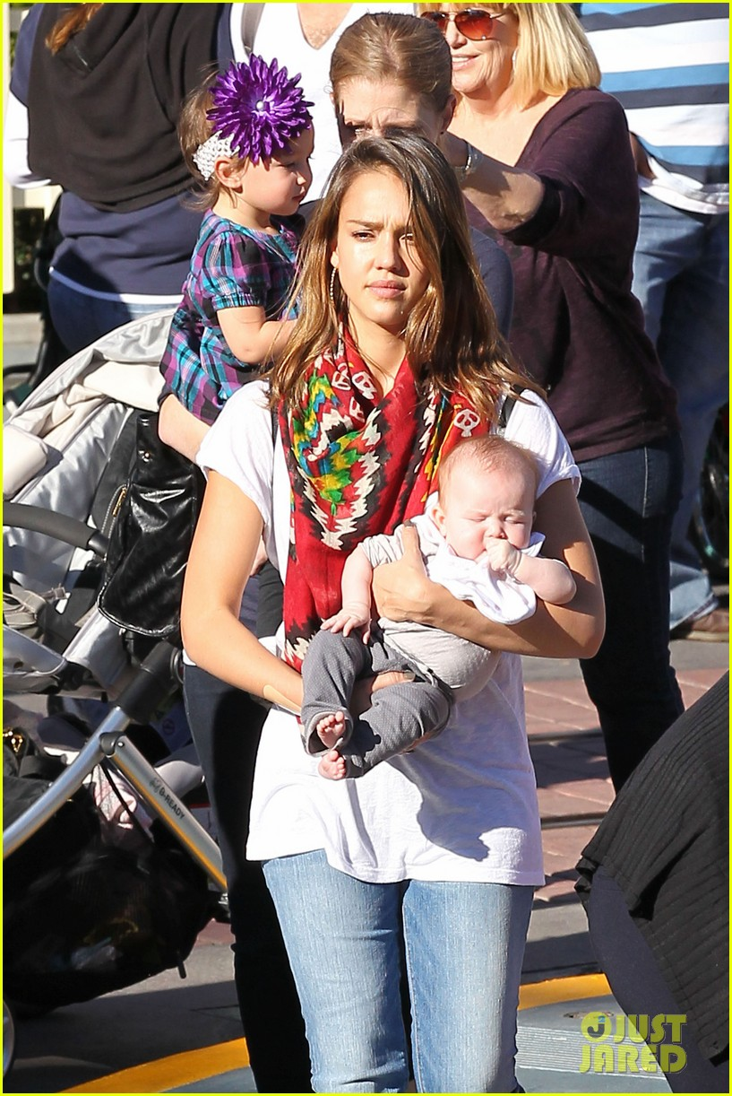 jessica alba family disneyland 04