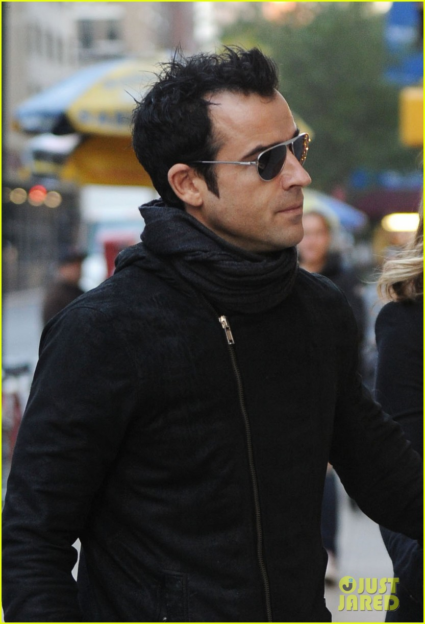 jennifer aniston justin theroux hold hands nyc 02