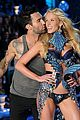 anne v adam levine vs fashion show 2011 05