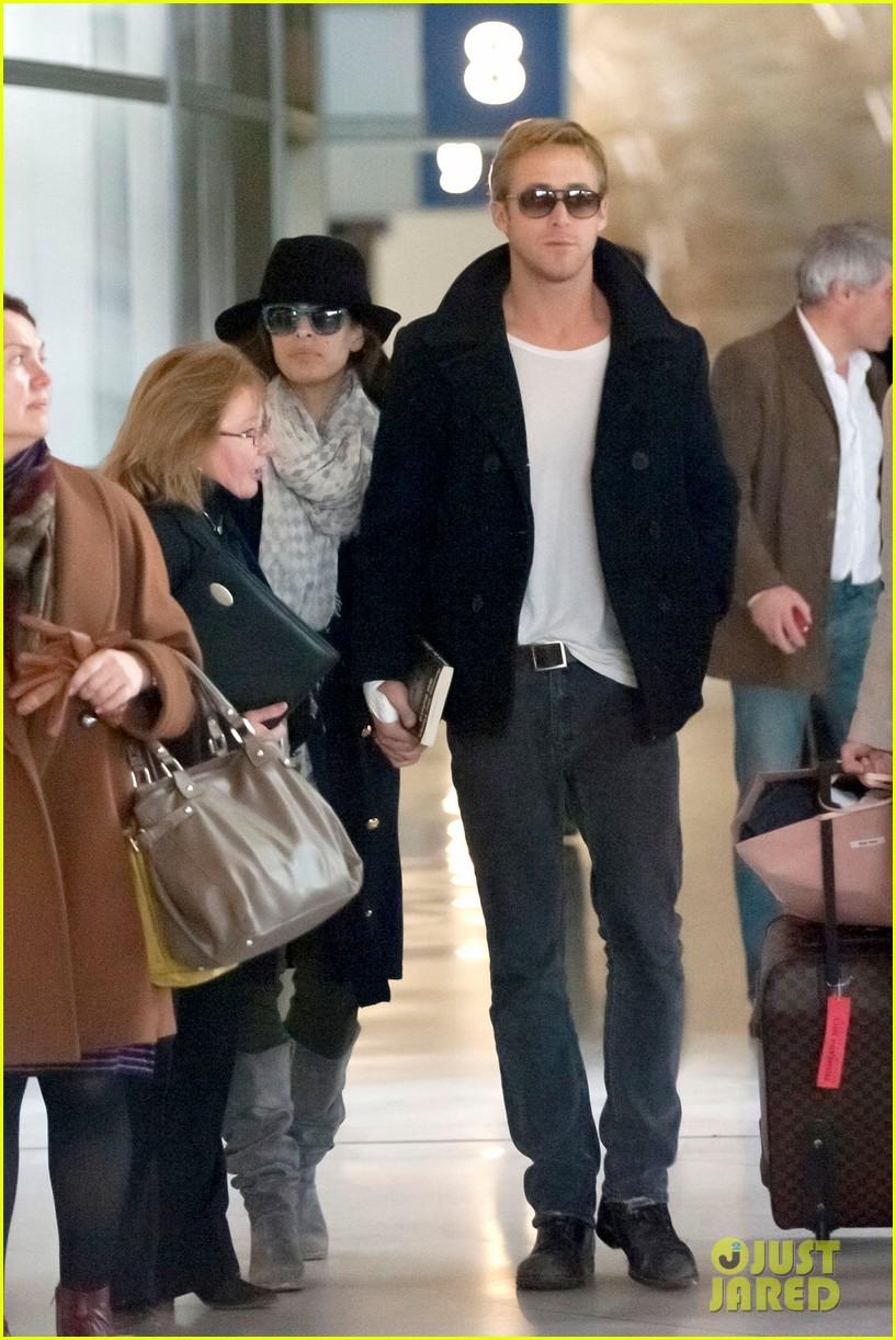 ryan gosling eva mendes holding hands paris 032604422