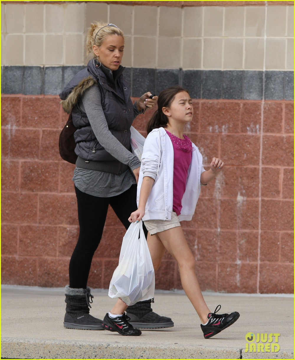 kate gosselin shops for holiday decorations 01