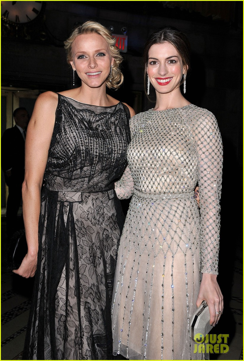 anne hathaway princess grace awards gala 01