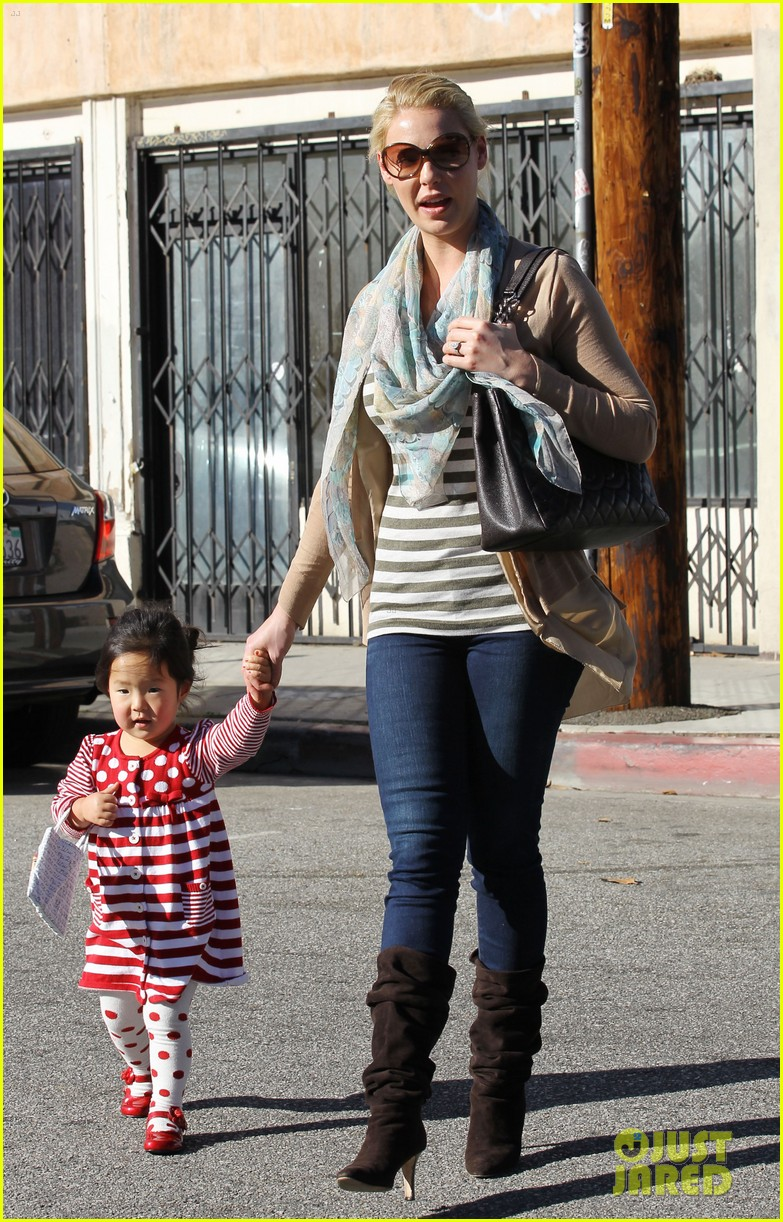 katherine heigl carries sleeping naleigh 01