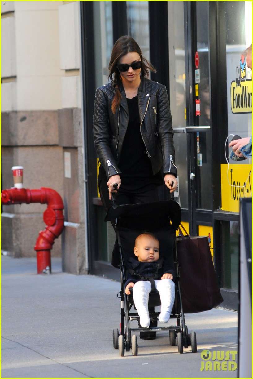miranda kerr saturday stroll with flynn 09