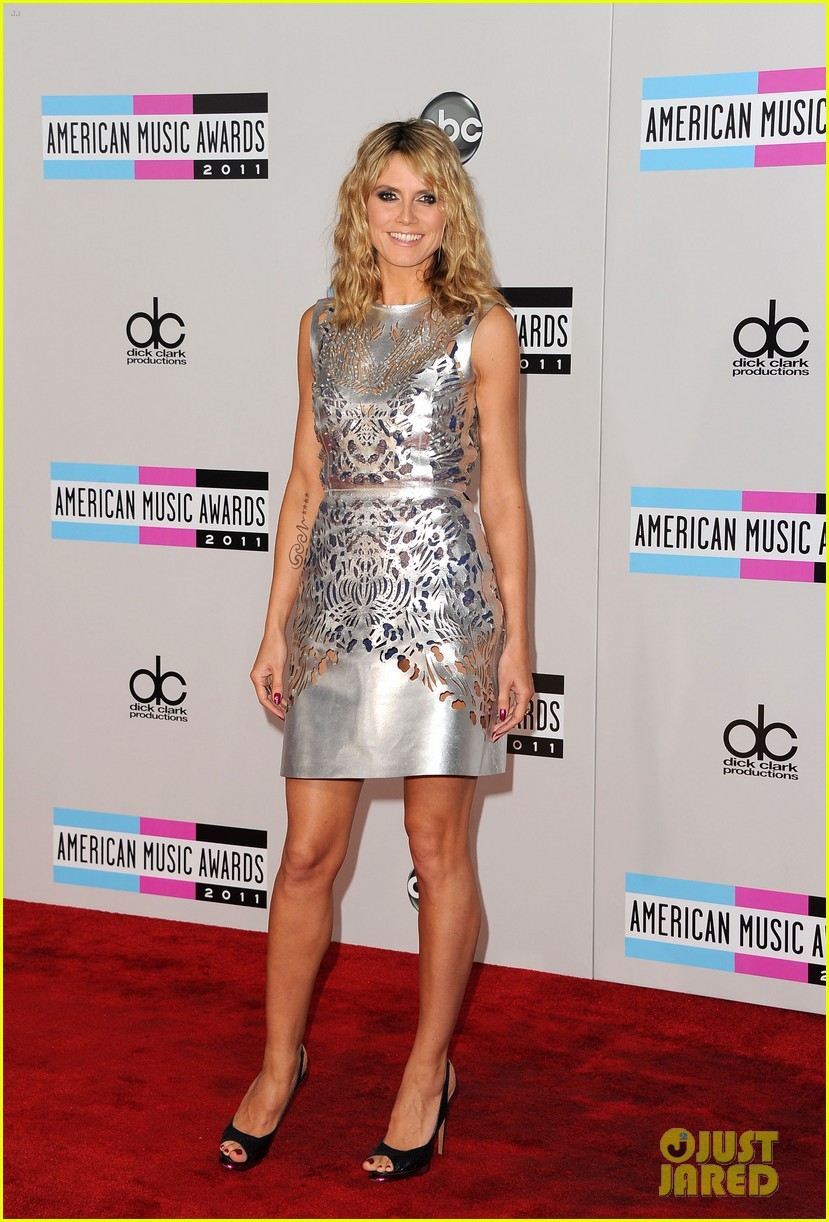 heidi klum amas 2011 red carpet 02