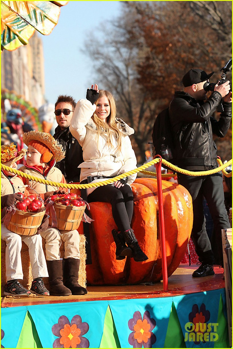 avril lavigne thanksgiving parade 012603860