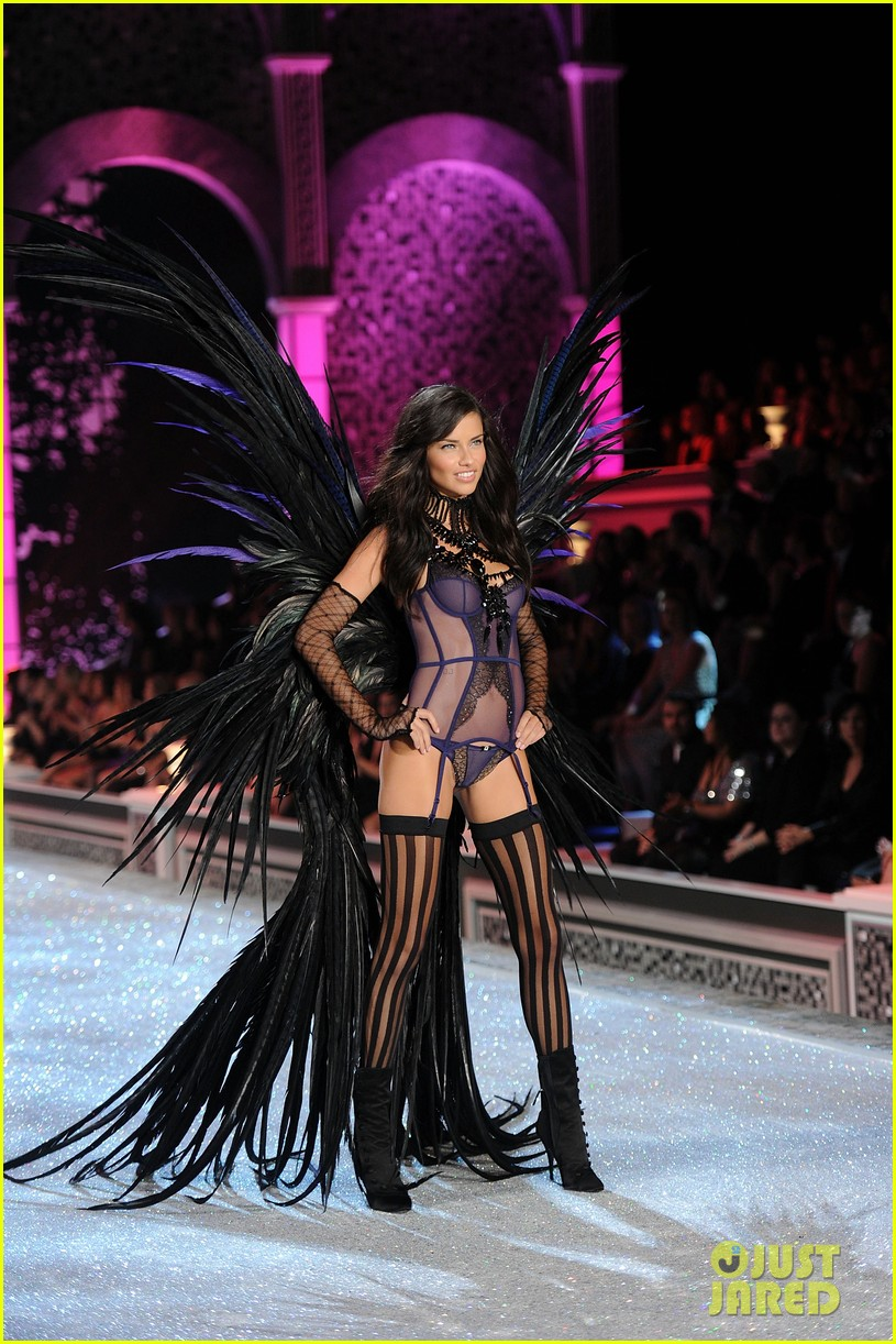 adriana lima vs fashion show 2011 01