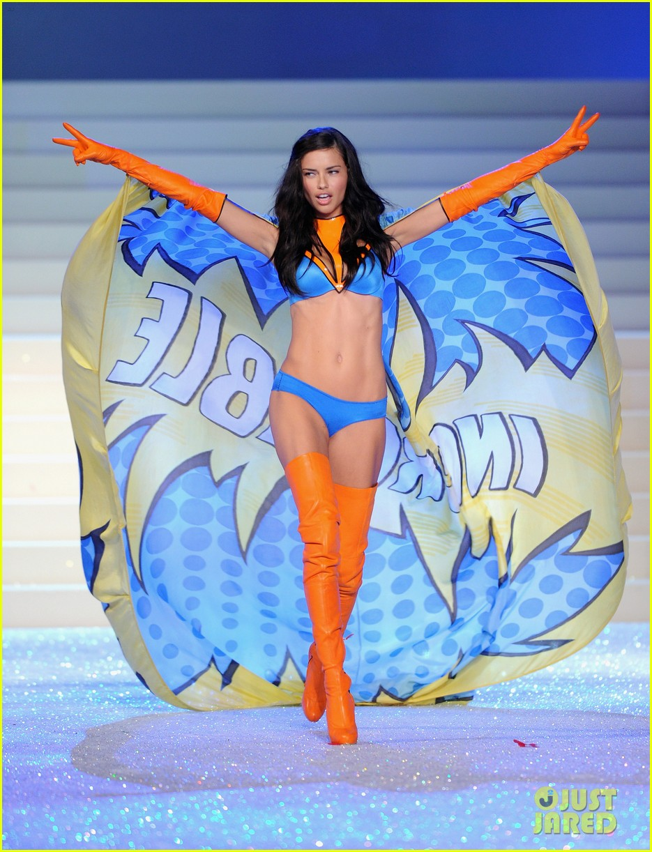 adriana lima vs fashion show 2011 02