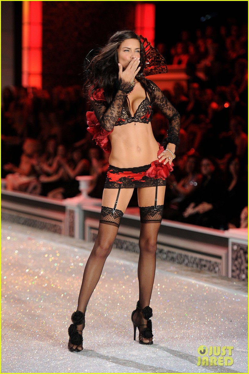 adriana lima vs fashion show 2011 03