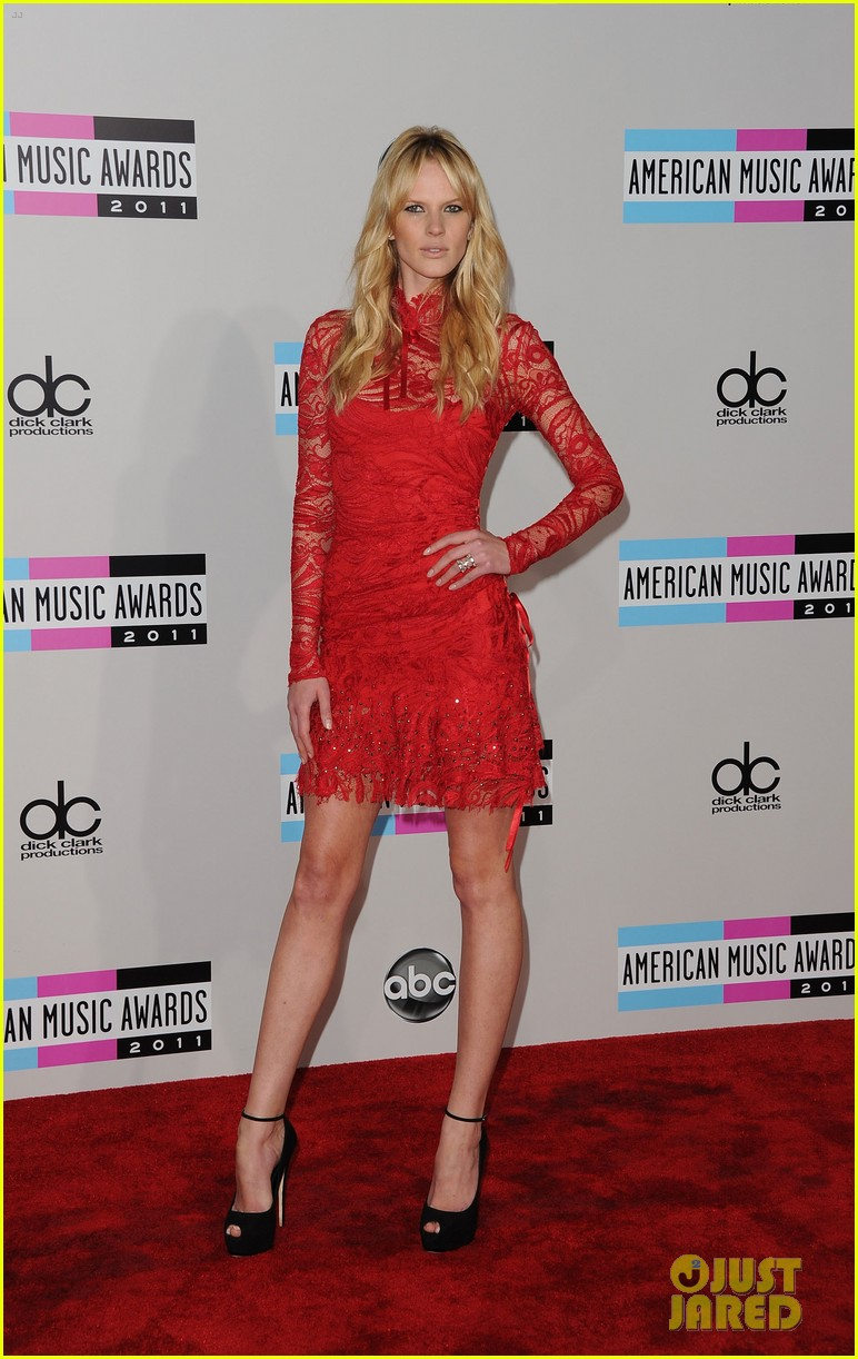 maroon 5 anne v amas 2011 red carpet 03