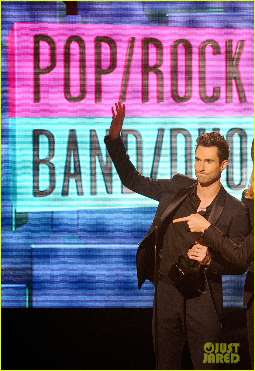 maroon 5 anne v amas 2011 red carpet 06