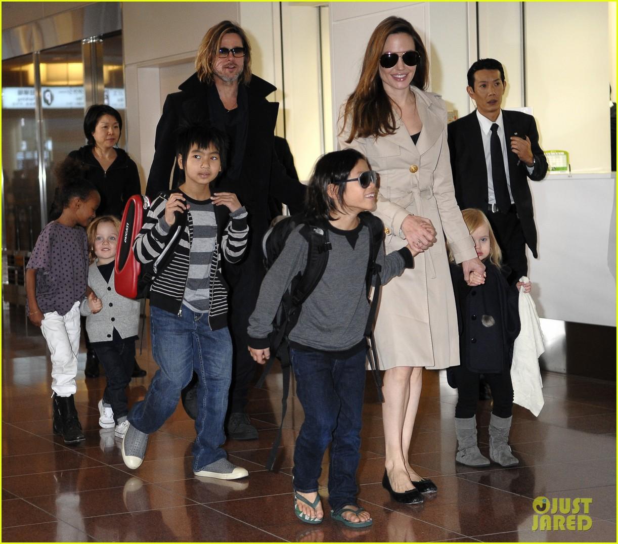 http://cdn04.cdn.justjared.com/wp-content/uploads/2011/11/pitt-tokyo/angelina-jolie-family-arrive-tokyo-01.jpg