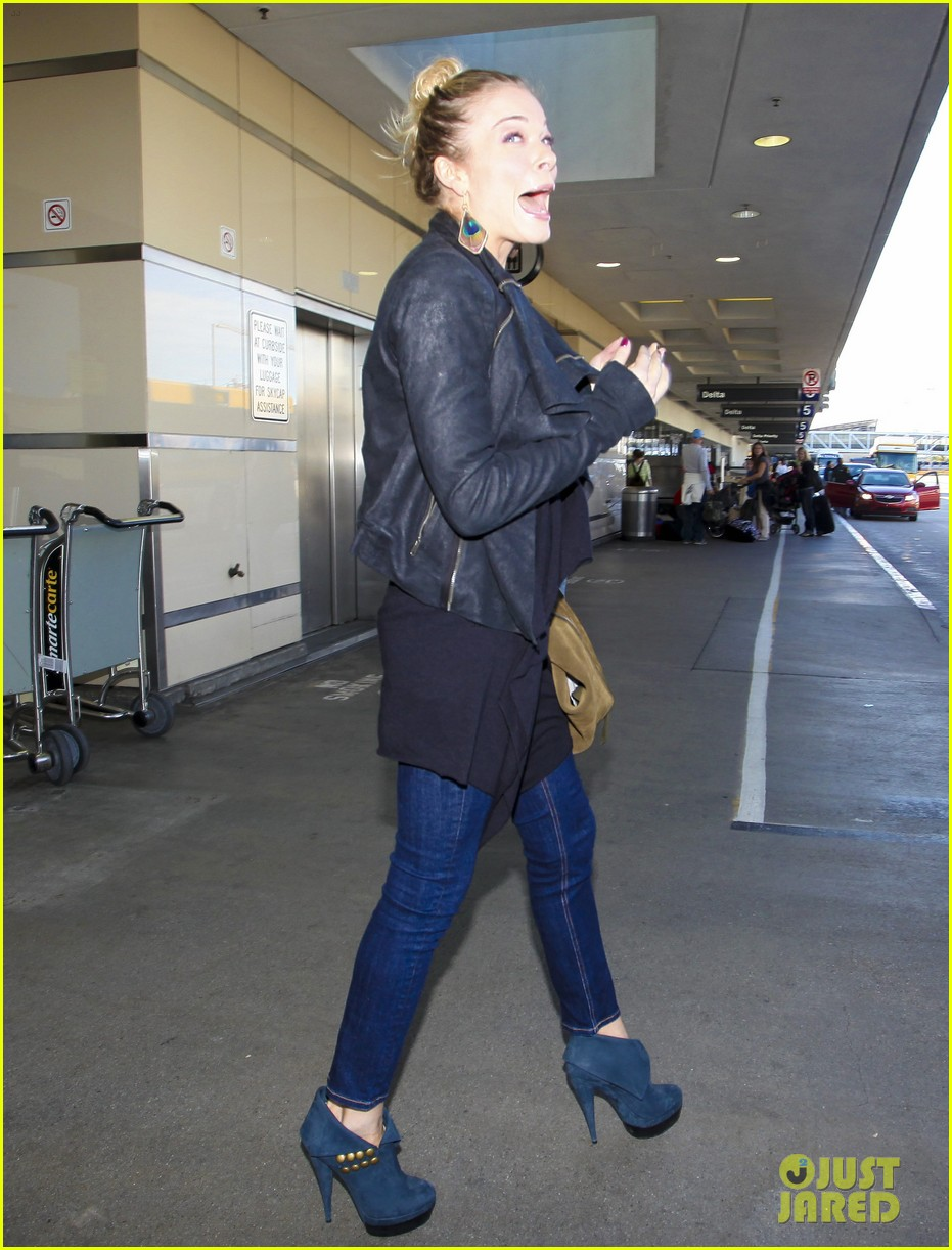 leann rimes arrives lax airport 02