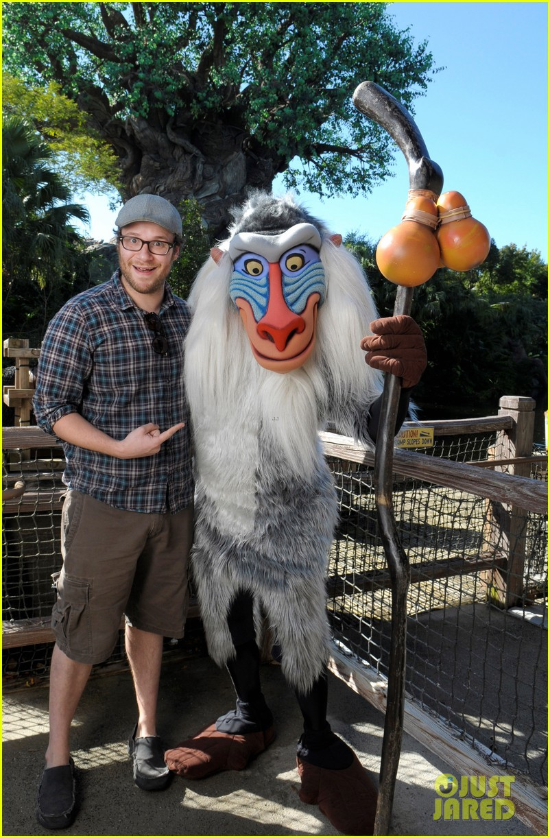 seth rogen meets rafiki at disney world 03