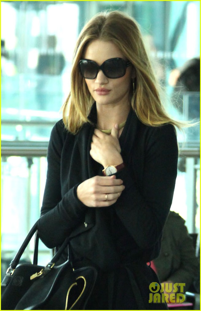 rosie huntington whiteley black outfit heathrow 01